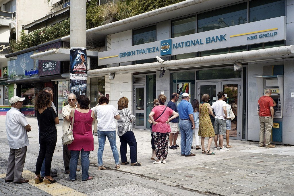 Customers queue in front of the National Bank to use ATM to withdraw cash on June 28, 2015 in Athens, Greece. (Photo by Milos Bicanski/Getty Images)