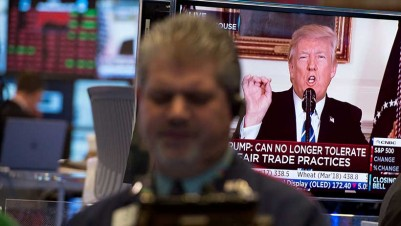 Traders work on the floor at the closing bell of the Dow Industrial Average at the New York Stock Exchange on November 15, 2017 in New York, as US President Donald Trump delivers a televised statement from the White House. / AFP PHOTO / Bryan R. Smith (Photo credit should read BRYAN R. SMITH/AFP/Getty Images)
